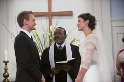 robin-and-barney-saying-their-vows-in-himym-episode-the-end-of-the-aisle